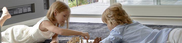 Kokemuksia banneri kaksi lasta pelaa shakkia