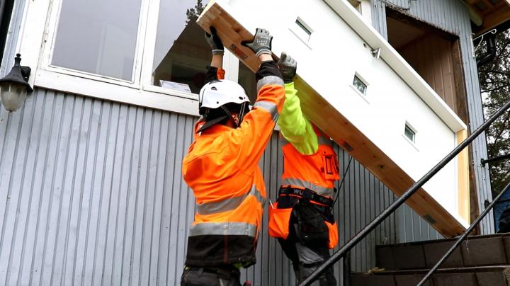 Pihlan ammattilaisten toimesta asentuu ulko-ovi vanhaan taloon nopeasti ja huolettomasti.