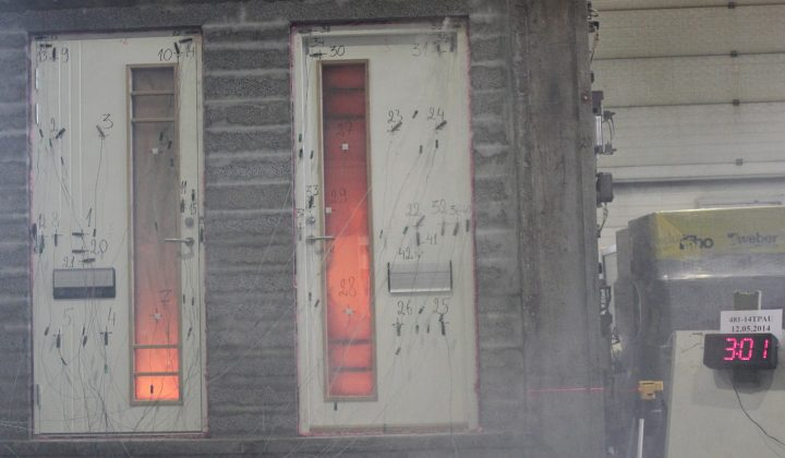 Palo-ovi testataan laadun ja kestävyyden varmistamiseksi.