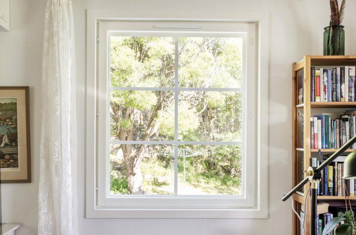 Monesti jo ikkunoiden vaihto vanhaan taloon tuo kokonaisuuteen paljon uutta ilmettä.
