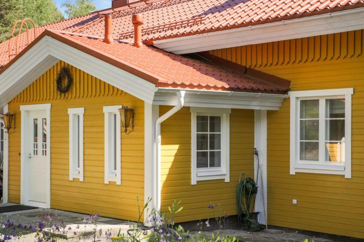 Vanhaan taloon ikkunoiden vaihto tuo uutta ilmettä.