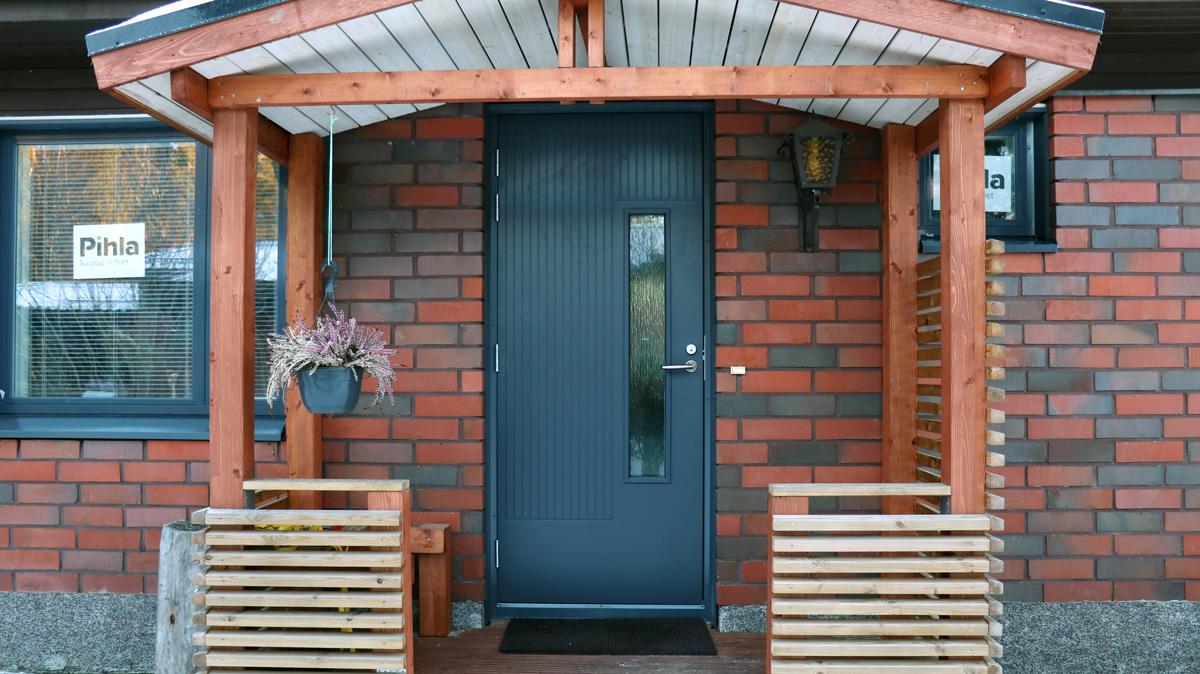 Tyylikäs uusi ulko-ovi toivottaa sisäänkävijät tervetulleeksi.