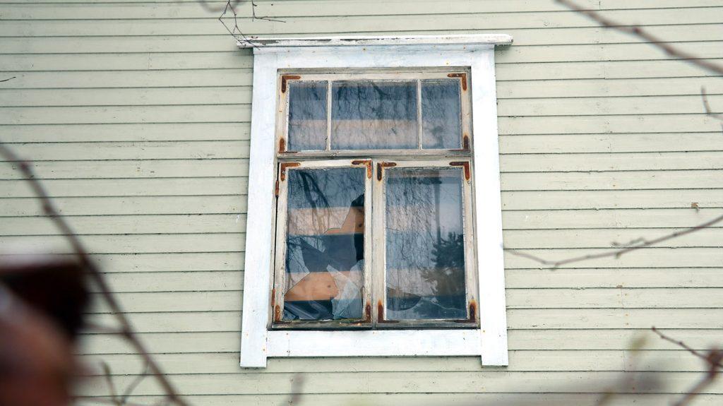 pihla_ikkunaremontti_vanha_rikkinainen_ikkuna_kaipaa_uusimista