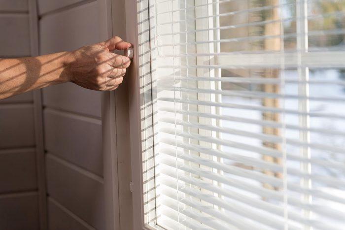 Pihlan ikkunoihin tehtaalla asennetut sälekaihtimet ovat laadukkaat ja helppokäyttöiset
