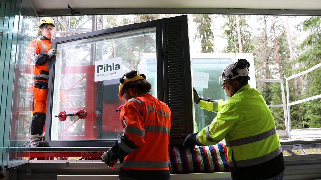 Ikkunoiden asennus on hyvin suunniteltua tiimityötä, työpäällikkö Jousi Kuusiniemi (oik.) sanoo.